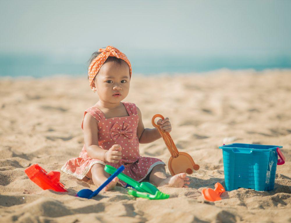 ים כחול, סירה ו..הרבה חול! עוזרים לילדים רגישים להנות ממשחק בחול.